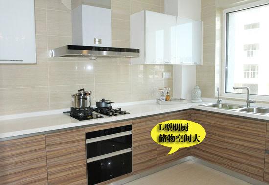 厨房和餐厅相连,厨房为l型半开放式设计